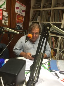 claude lett dans les studios de radio craponne
