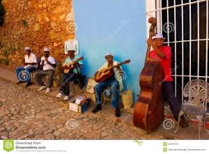 musiciens-de-rue-au-trinidad-cuba-54367247