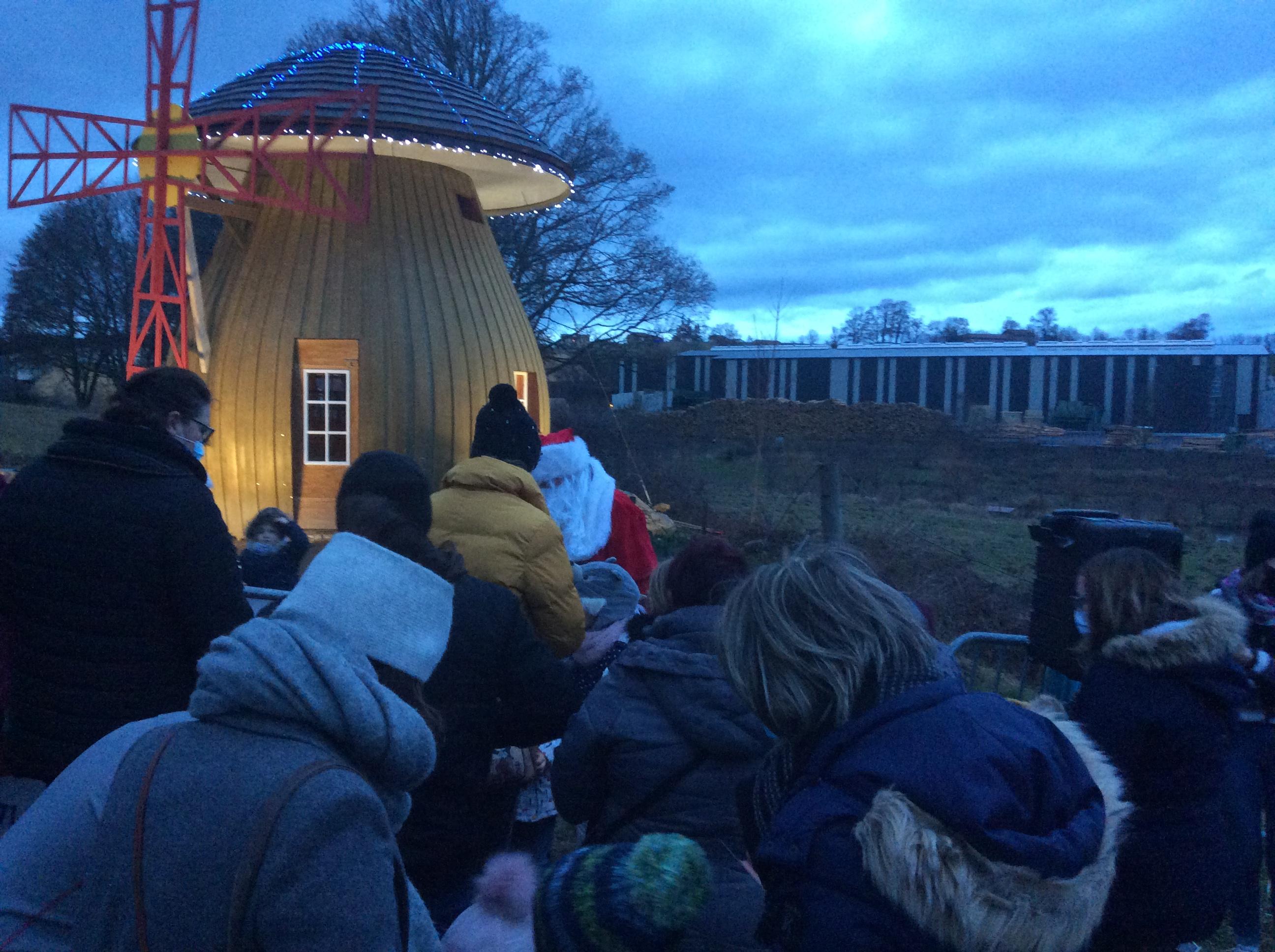 moulin de Gerard Pinel route du stade le Père Noël et les enfants 231220